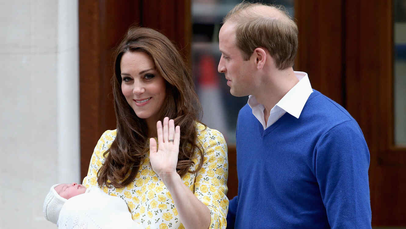 El príncipe William con Kate Middleton y su hija Charlotte saliendo del hospital St Mary en Londres