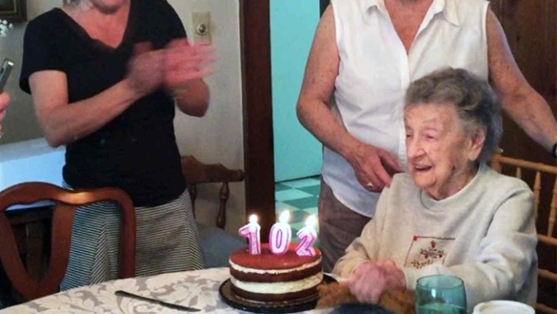 Abuelita de 102 años soplando las velitas