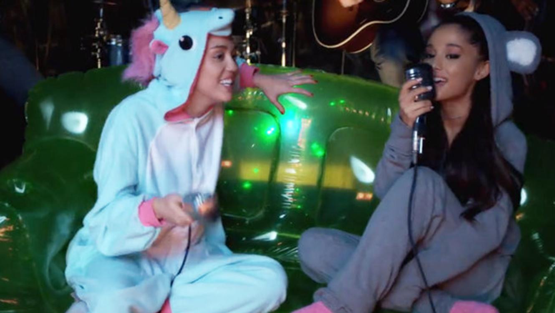 Ariana Grande y Miley Cyrus cantan en onesies