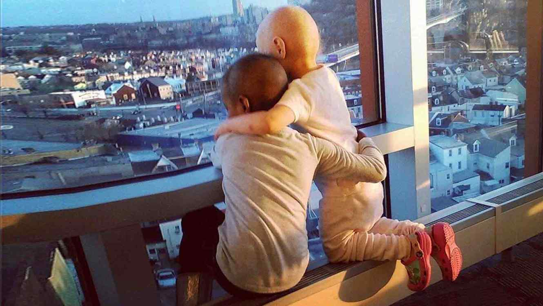 Imagen de 2 niñas con cáncer se vuelve viral en las redes sociales