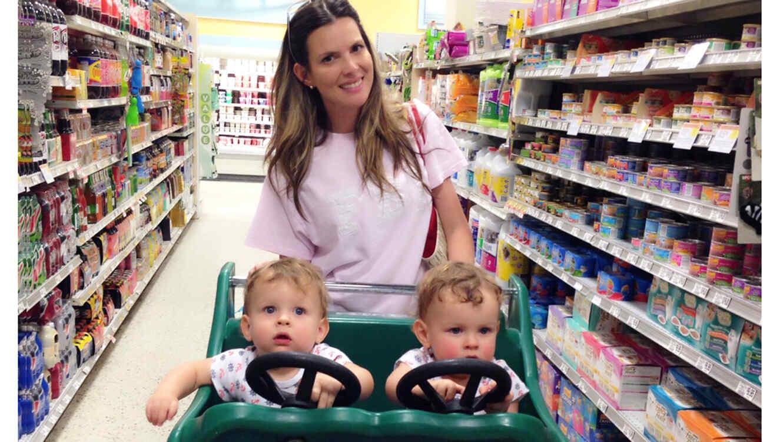 maritza rodriguez con gemelos en el supermercado