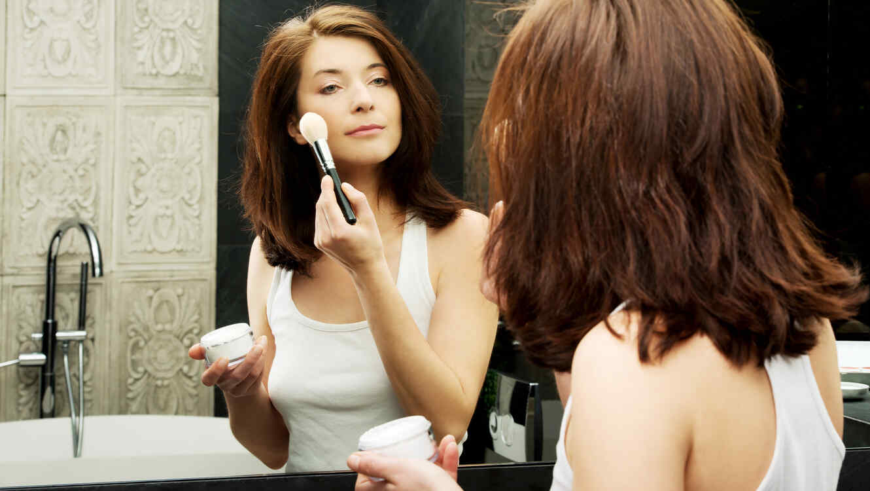 587989eb86 8 trucos de maquillaje para lucir más joven  rejuvenece 10 años con ...