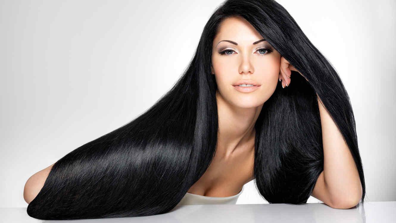 Mujer con cabello largo y negro
