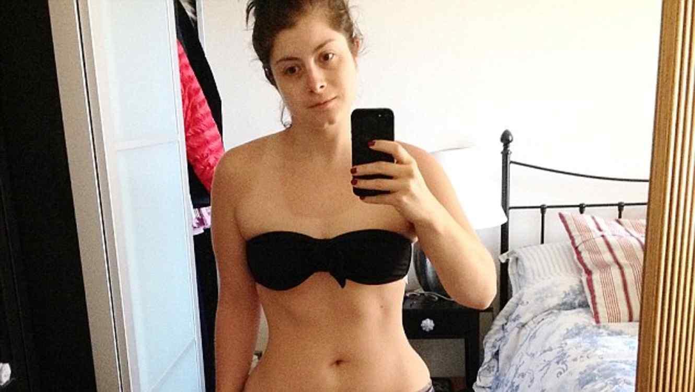 Sophie Kay en brasier y shorts