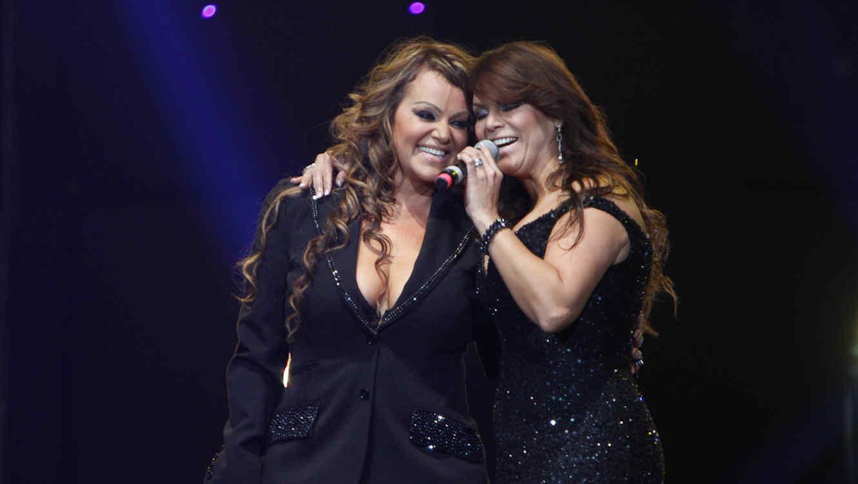 Jenni Rivera y Olga Tañon cantando juntas.