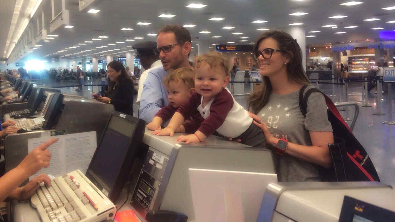 Maritza Rodriguez con gemelos en el aeropuerto