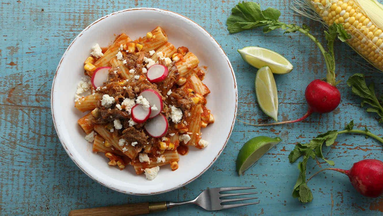 Rigatoni con carnitas y maíz