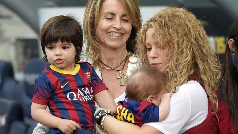 Shakira junto a sus hijos, Sasha y Milan Piqué en partido de futból 2015