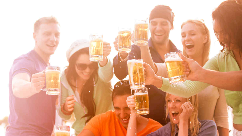 Grupo de jóvenes bebiendo