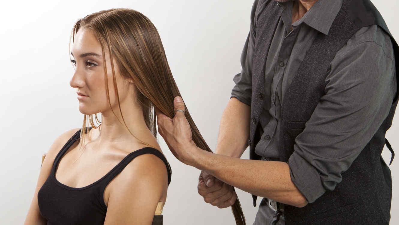 marco pea peinando una mujer