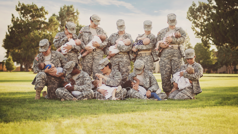 Mujeres militares en uniforme y amamantando