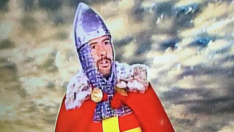Eduardo Videgaray vestido de caballero de armadura