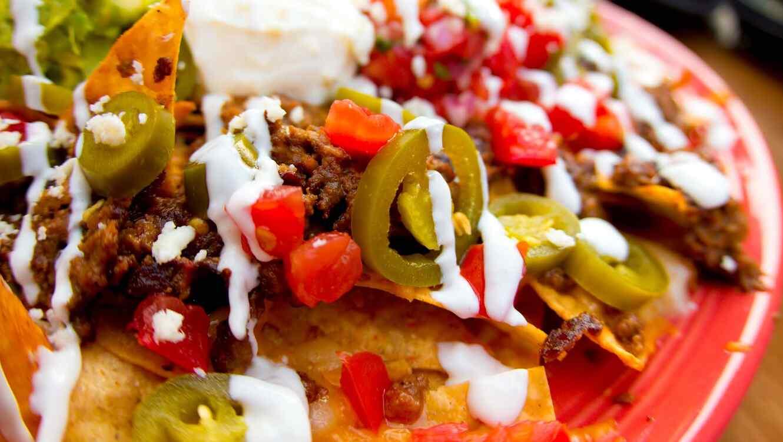 nachos con dip en un plato