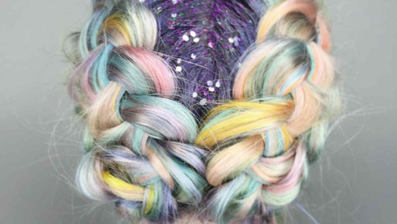mujer con trenzas de colores con brillantina en el cabello