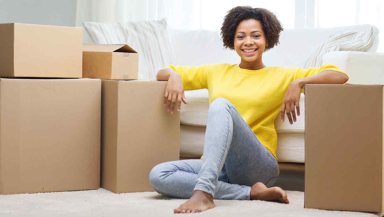 Mujer en mudanza de casa