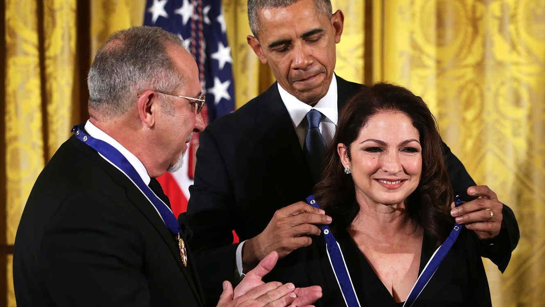 Gloria Estefan, Emilio Estefan y Barack Obama recibiendo Medalla de la Libertad