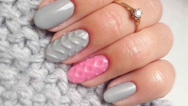 Uñas con esmalte gris y rosa con textura de tejido