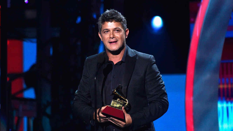 Alejando Sanz recibiendo un Latin Grammy en la ceremonia del 2015