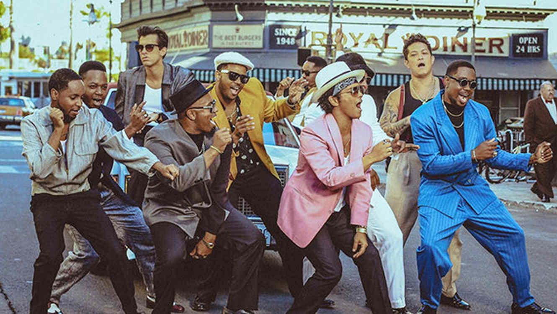 Mark Ronson y Bruno Mars en el video Uptown Funk.