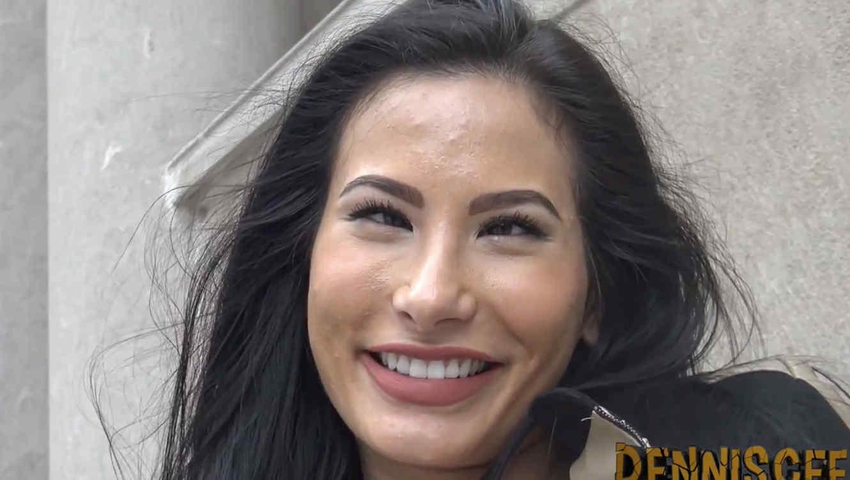 Mujer bizca con pelo negro