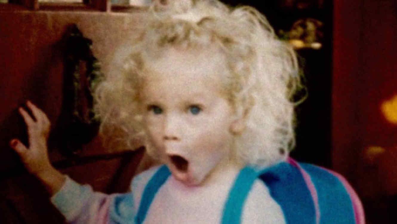 Taylor Swift de bebé con cara sorprendida