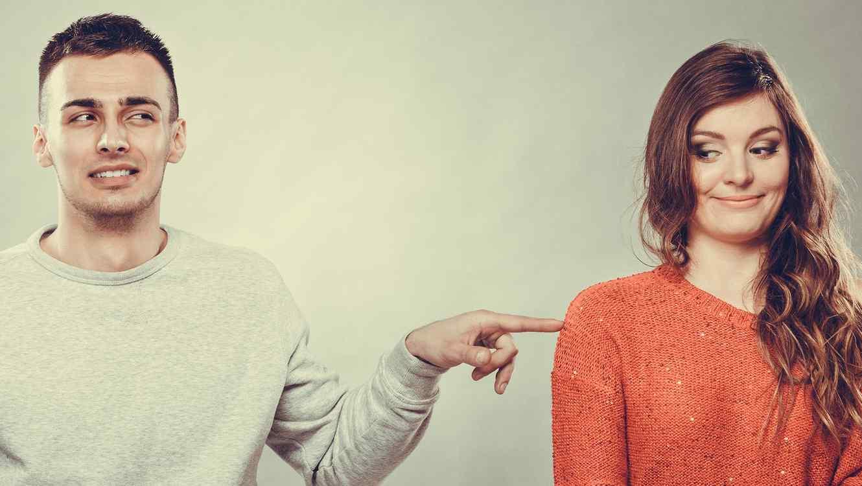 Hombre tocando a una mujer con un dedo