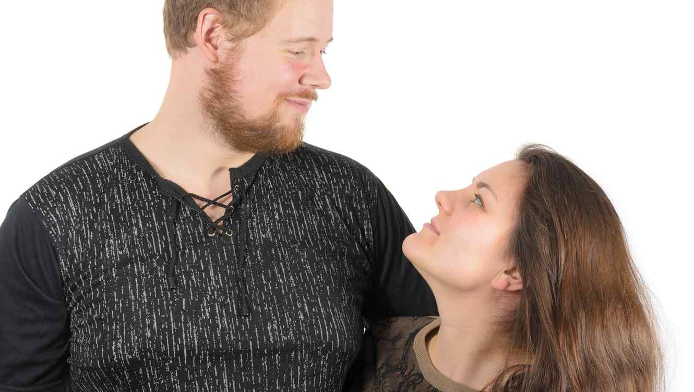 Hombre alto junto a mujer bajita