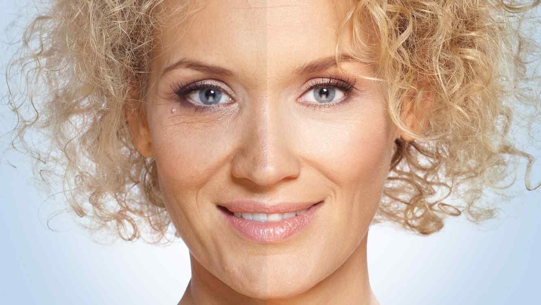Mujer de pelo rubio y rizado mirando de frente, con la mitad de la cara joven y la otra con arrugas