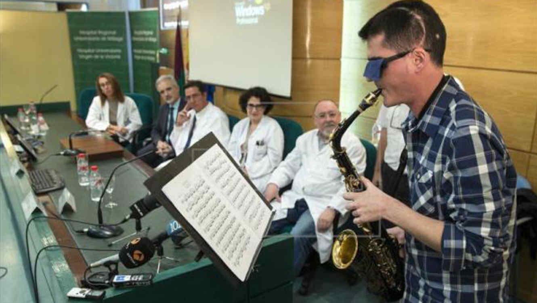 Músico tocando saxo después de operación