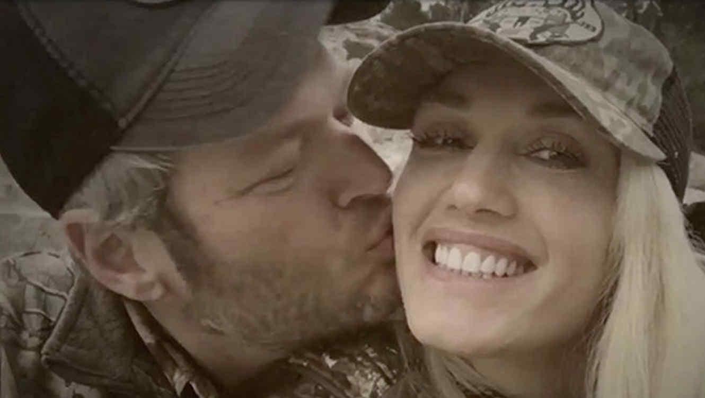 Blake Shelton besa a Gwen Stefani en la mejilla.