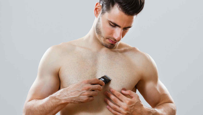 Hombre rasurándose el pecho