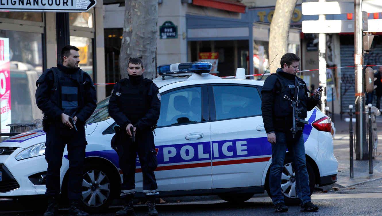 Agentes cuidan la zona después que un hombre con un cuchillo y con cables saliendo de sus vestimentas terminara baleado en una estación de policía en París