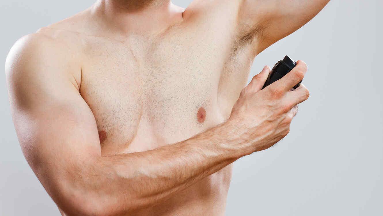 Hombre poniéndose desodorante