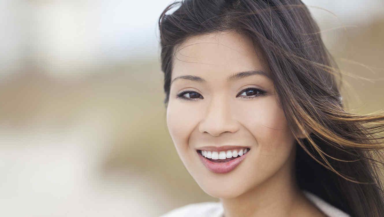Mujer asiática con el cabello al viento