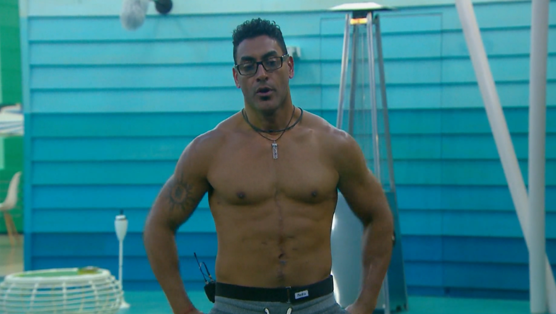 Pedro hablando sin camisa en el patio de la casa de Gran Hermano