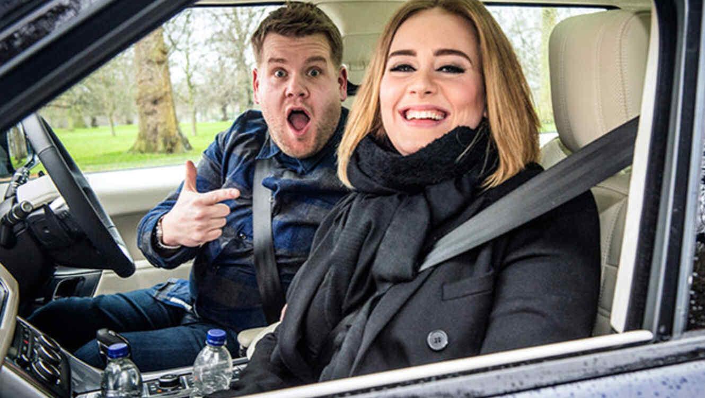 """Adele y James Corden en la sesión """"Carpool Karaoke"""" en el programa """"The Late Late Show"""""""