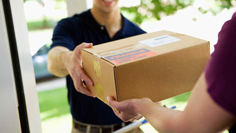 Mujer recibiendo un paquete marrón