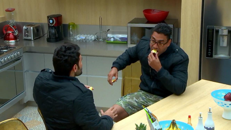 Pedro y Rafael comiendo en la cocina de Gran Hermano