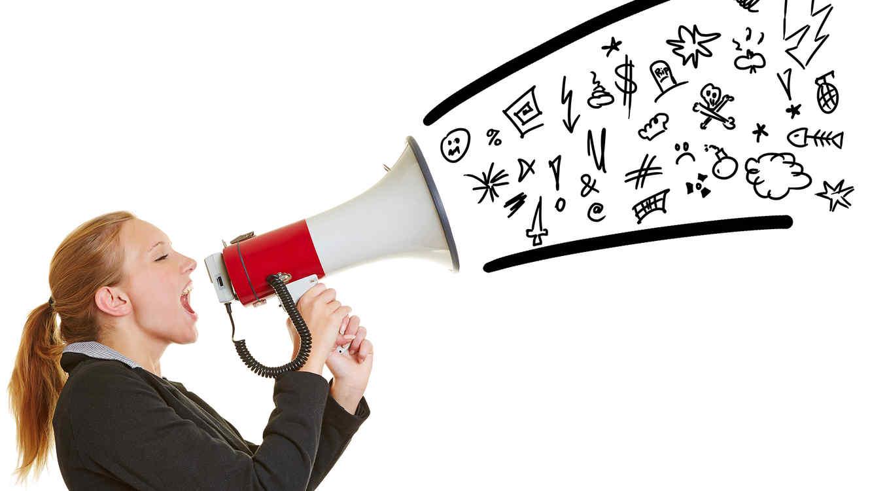 Mujer diciendo palabrotas por un megáfono