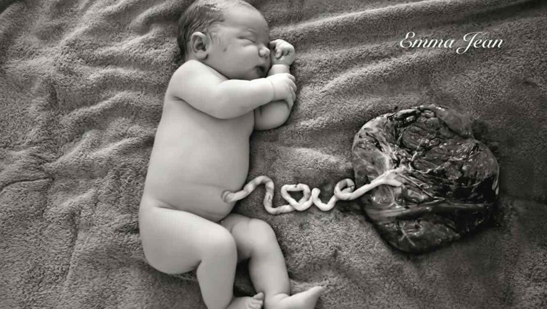 Bebé con cordón umbilical y placenta