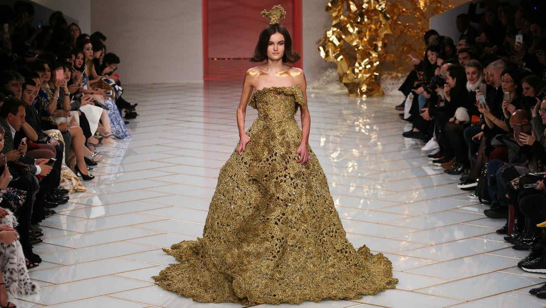 Vestido dorado de Guo Pei en la semana de la moda Haute Couture de París