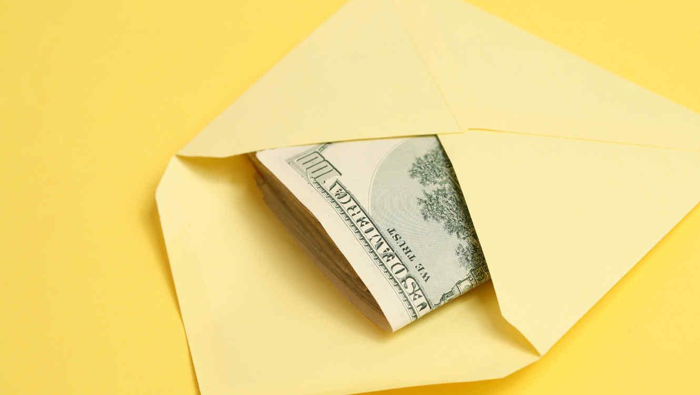 Recibe dinero en efectivo como regalo