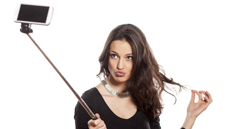 Mujer con camiseta negra tomándose una selfie