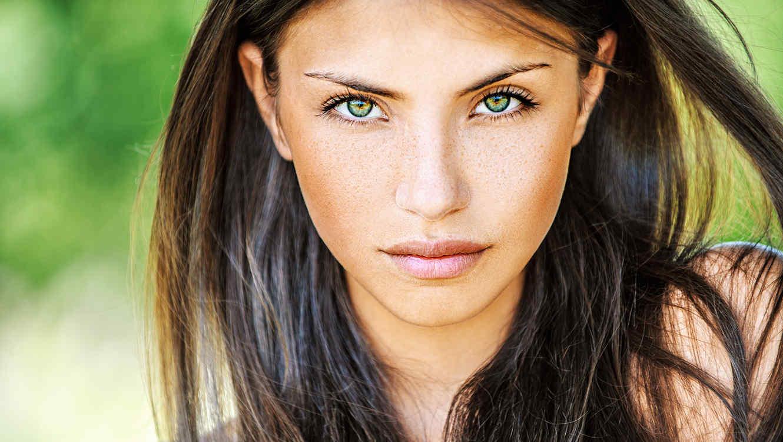 Mujer de cabello marrón y ojos verdes
