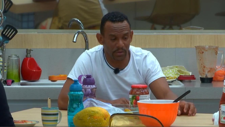 El habitante de la casa de Gran Hermano Domingo comiendo