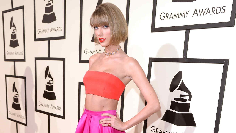 Taylor Swift en la alfombra roja de los Grammy 2016