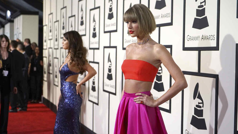 Taylor Swift y Selena Gómez posando durante los premios Grammy 2016