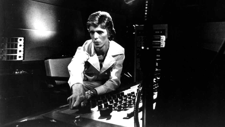 David Bowie en el estudio de grabación en 1974