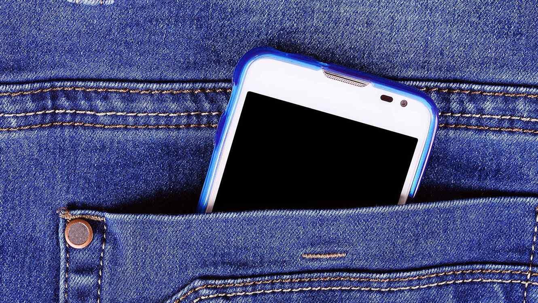 Celular en el bolsillo de un jean