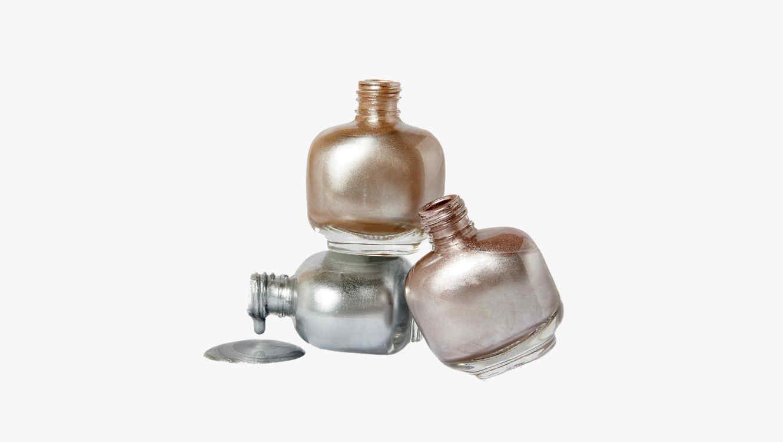 Esmaltes de uñas en tonos metalizados
